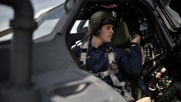 Пилот группы Беркуты в вертолете Ми-28 на всероссийском этапе международного конкурса Авиадартс-2015 в Воронеже
