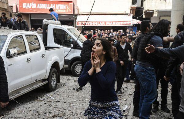 Женщина недалеко от места взрыва в Диярбакыре, Турция. 11 апреля 2017