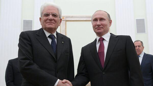 Президент РФ Владимир Путин и президент Италии Серджо Маттарелла во время встречи. Архивное фото