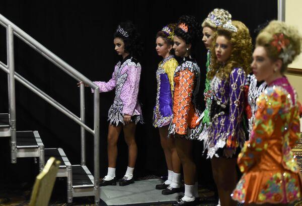 Танцоры ждут выхода на сцену во время чемпионата мира по ирландским танцам в Дублине. Ирландия, 11 апреля 2017