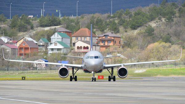 Самолет Airbus а320 компании Аэрофлот прилетел в аэропорт города Геленджик