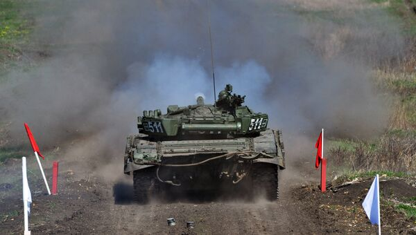 Танк Т-72 Б1 150-й мотострелковой дивизии во время учебных стрельб на полигоне Кадамовский в Ростовской област