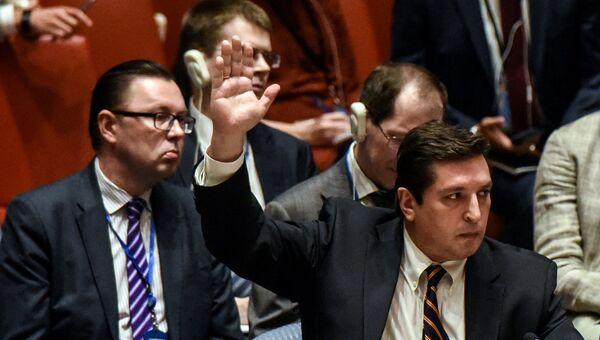 Заместитель постоянного представителя России при ООН Владимир Сафронков голосует против проекта резолюции ООН на заседании Совета Безопасности по ситуации в Сирии. Архивное фото