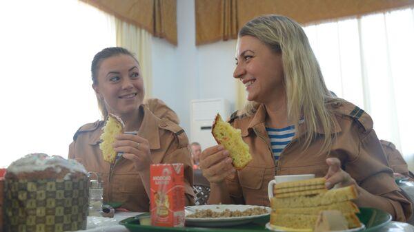 Военнослужащие завтракают в столовой военной авиабазы Хмеймим