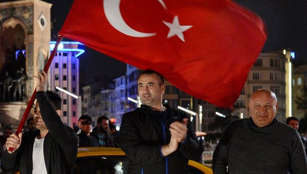 Сторонники президента Турции Реджепа Тайипа Эрдогана радуются победе на конституционном референдуме