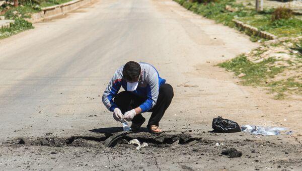 Сбор образцов почвы после химической атаки в городе Хан-Шейхун, Сирия. Архивное фото