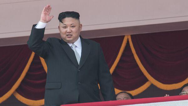 Глава КНДР Ким Чен Ын во время военного парада в Пхеньяне. Архивное фото