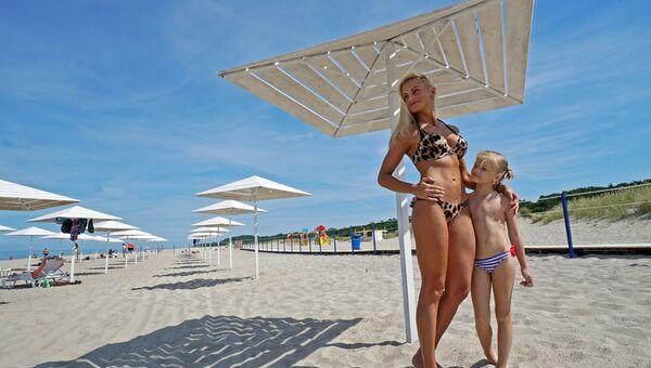 Мама с дочкой на пляже поселка Янтарный в Калининградской области. Архивное фото
