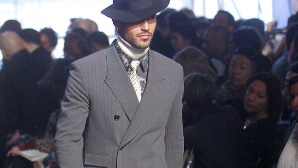 Модель во время показа мужской коллекции осень/зима 2012-2013 французского модельера Жана-Поля Готье
