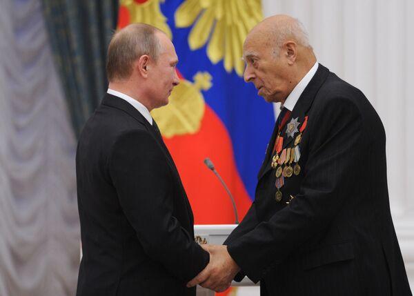 Президент России Владимир Путин и народный артист СССР Владимир Этуш во время церемонии вручения государственных наград в Кремле