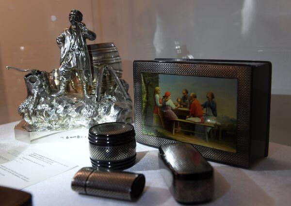 Экспонаты на выставке топ-лотов произведений русского искусства в преддверии аукциона, который состоится в Лондоне 5 июня
