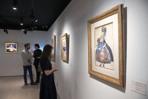 Посетители на выставке топ-лотов произведений русского искусства в преддверии аукциона, который состоится в Лондоне 5 июня