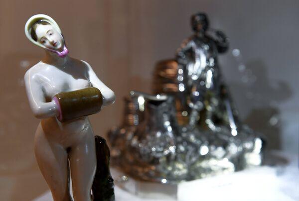 Фарфоровая статуэтка представлена на выставке топ-лотов произведений русского искусства в преддверии аукциона, который состоится в Лондоне 5 июня