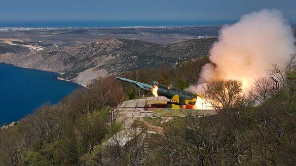 Пуск крылатой ракеты по морской мишени из БРК Утес в ходе учений ЧФ РФ в Крыму