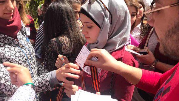 Сирийские студенты во время акции Георгиевская ленточка на территории Дамасского государственного университета