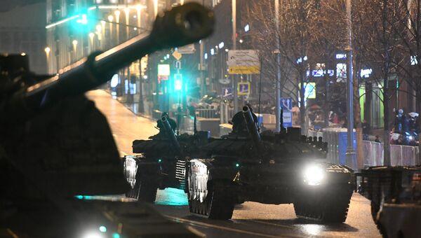 Танки Т-72Б3 во время прохода по Тверской улице на репетиции парада Победы на Красной площади