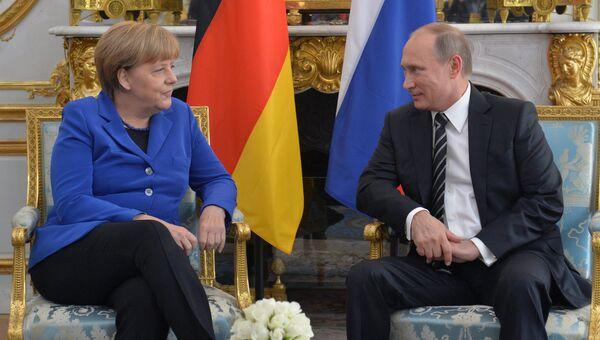 Президент России Владимир Путин и канцлер Федеративной Республики Германия Ангела Меркель. Архивное фото