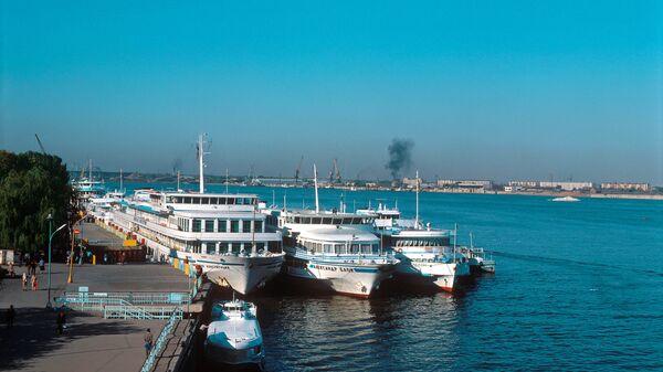Пассажирские суда в порту Астрахани