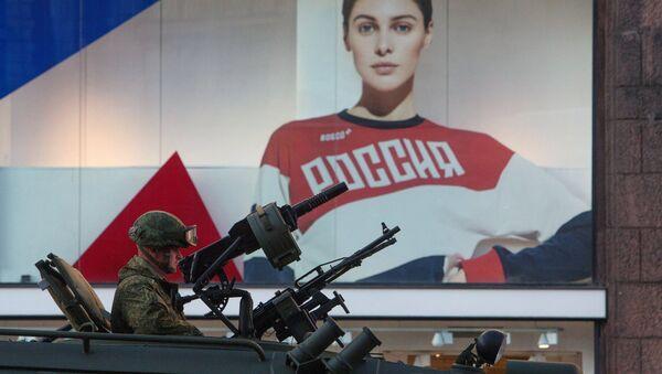 Военнослужащий в бронеавтомобиле Тигр-М во время прохода военной техники по Тверской улице перед репетицией парада Победы на Красной площади