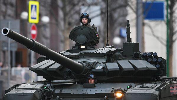 Военнослужащие на танке Т-72Б3 во время прохода техники по Тверской улице перед репетицией парада Победы на Красной площади