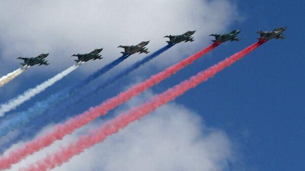 Фронтовые штурмовики СУ-25БМ на репетиции воздушной части парада Победы в Москве