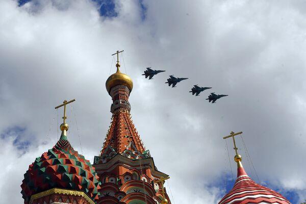 Истребители-бомбардировщики Су-34 пролетают над Красной площадью во время репетиции воздушной части парада Победы