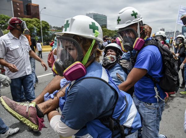Раненый оппозиционный демонстрант во время акции протеста против президента Венесуэлы Николаса Мадуро в Каракасе. Венесуэла, 3 мая 2017