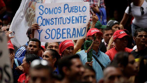 Плакат Мы - конституционный и суверенный народ  во время встречи с президентом Венесуэлы Николя Мадуро. Венесуэла, 3 мая 2017