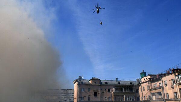 Вертолет МЧС РФ тушит возгорание в выселенном здании в центре Москвы. 5 мая 2017