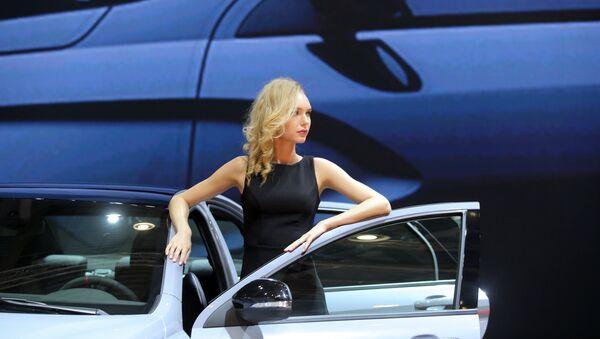 Девушка с новым автомобилем. Архивное фото