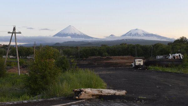 Вид на вулканы Ключевская Сопка, Безымянный и Крестовский в Камчатском крае. Архивное фото
