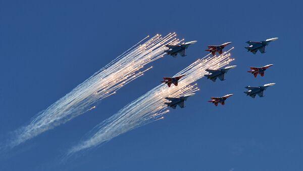 Многоцелевые истребители Су-30СМ пилотажной группы Русские Витязи и МиГ-29 пилотажной группы Стрижи на генеральной репетиции военного парада в Москве