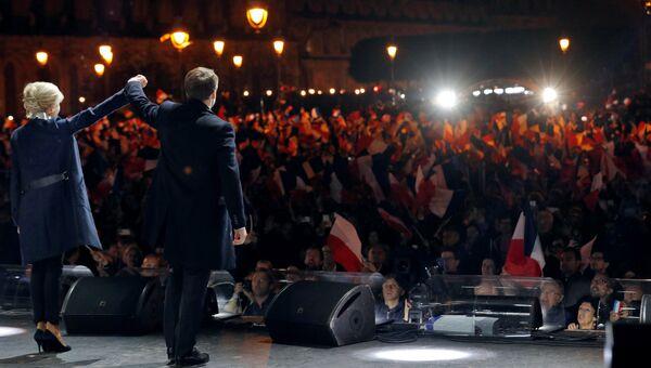 Лидер движения En Marche Эммануэль Макрон с женой во время своей победной речи перед Лувром в Париже