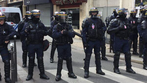 Полиция в Париже выставила кордон на пути шествия протеста против победы Макрона