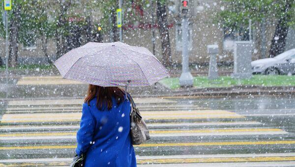 Женщина во время снегопада. Архивное фото