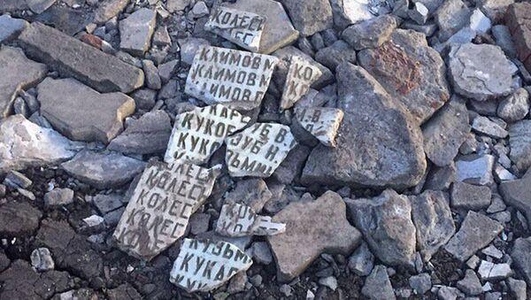 Дорожная яма в Омске, которую якобы засыпали осколками разбитой мемориальной плиты