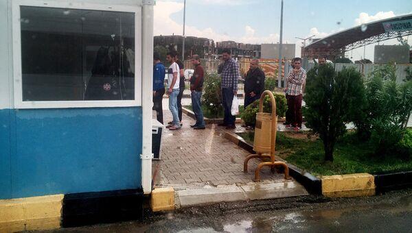 КПП и очередь на выход из лагеря для беженцев в Килисе, Турция