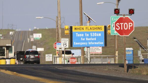 Аварийный знак неподалеку от крупнейшего в США хранилища ядерных материалов в Хэнфорде, где произошло обрушение тоннеля. 9 мая 2017 года
