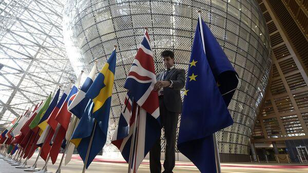 Флаги стран-участниц Евросоюза и Великобритании в здании штаб-квартиры ЕС в Брюсселе