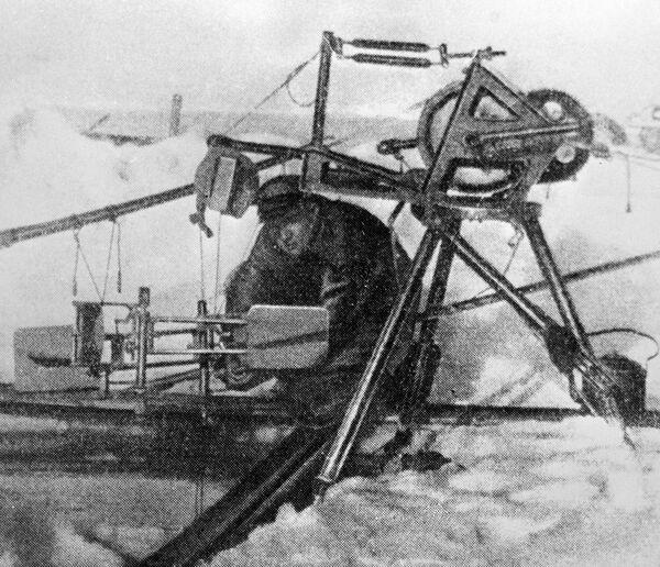 Гидролог, участник экспедиции дрейфующей станции Северный полюс - 1 Петр Ширшов работает с гидрологической лебедкой