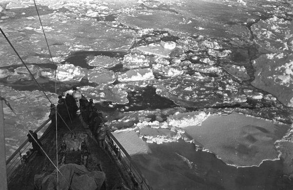 Ледокол Таймыр пробивает путь через льды Гренландского моря к СП-1