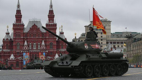 Средний танк Т-34-85 на военном параде