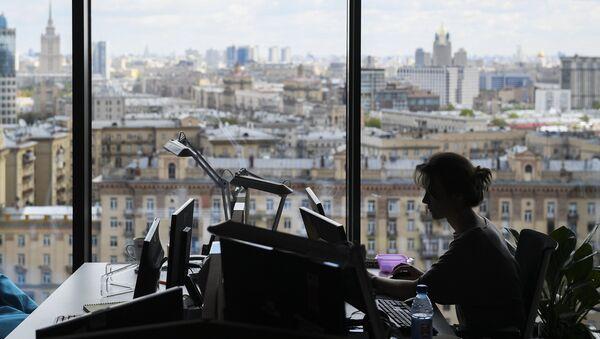 Девушка на рабочем месте в офисе. Архивное фото