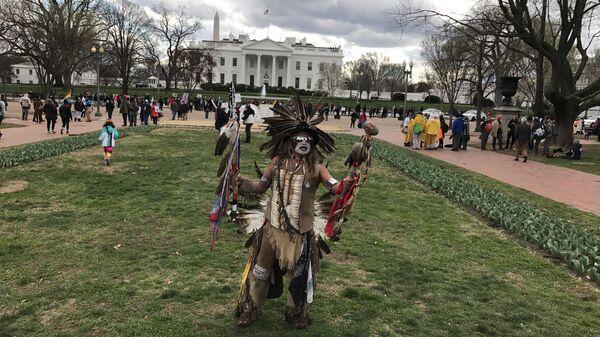 Акция протеста представителей коренных народов США у Белого дома против строительства газопровода Dakota Access