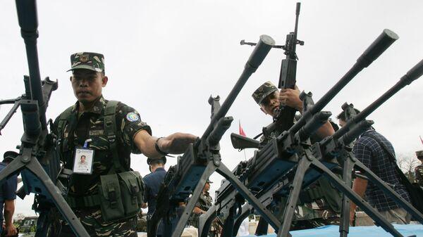 Филиппинские солдаты во время осмотра стрелкового оружия