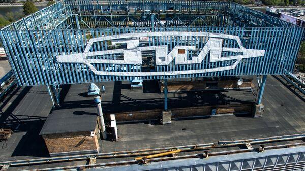 Эмблема АМО ЗиЛ на крыше административного здания на территории бывшего автозавода им. И.А. Лихачева в Москве