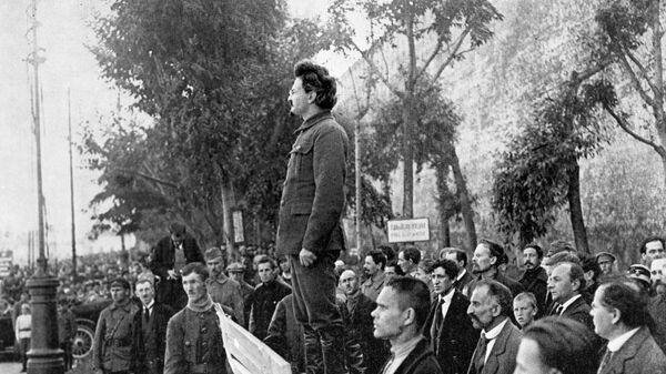 Лев Троцкий, выступает у могилы жертв, погибших в результате террористического акта, совершённого группой анархистов с целью уничтожения руководства московского комитета РКП(б)