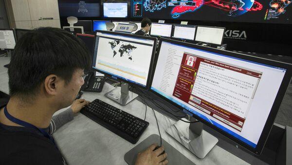 Сотрудник корейского агентства по интернет-безопасности в Сеуле наблюдает за распространением вируса WannaCry