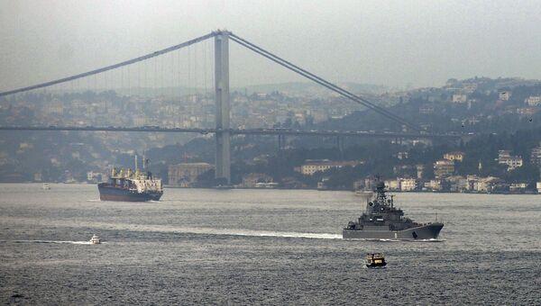 Корабль ВМФ России в проливе Босфор, Турция. Архивное фото