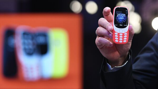 Обновленная версия классической модели мобильного телефона Nokia 3310 во время российской презентации в Москве. 16 мая 2017